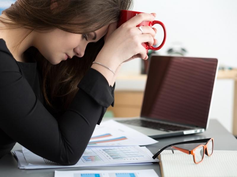 日中の眠気がひどい…寝ているのに眠くなる理由と対策