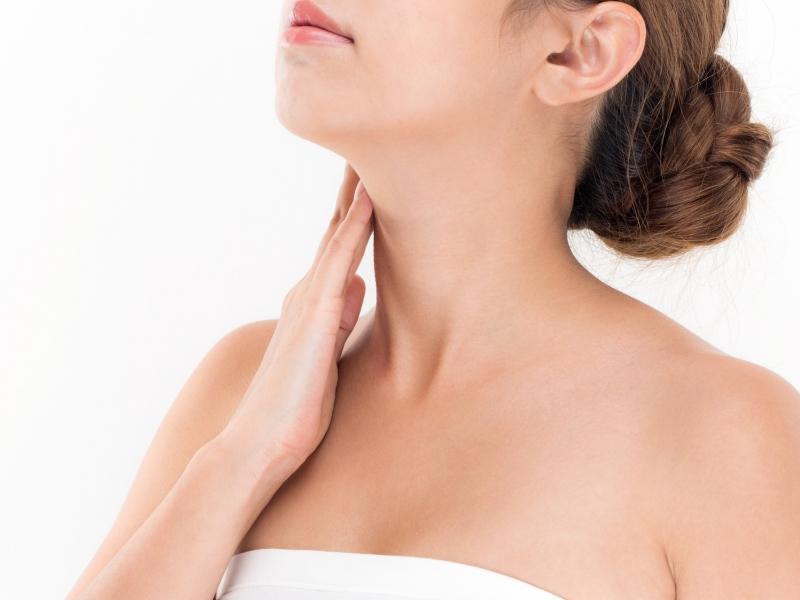 気になる首のシワは、頭皮マッサージで改善するかも!